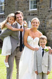 新娘和新郎与女傧相和页男孩婚礼的 免版税库存照片