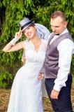 年轻新娘和新郎与帽子 免版税图库摄影