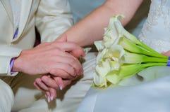 新娘和新郎与花束 免版税库存图片