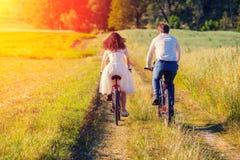 新娘和新郎乘驾自行车 免版税图库摄影