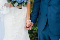 新娘和新郎互相拥抱 免版税库存图片