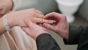 新娘和新郎交换婚戒 特写镜头 影视素材