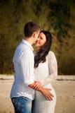 新娘和新郎亲吻在海滩 免版税库存图片
