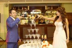 新娘和新郎倒的香槟 免版税图库摄影