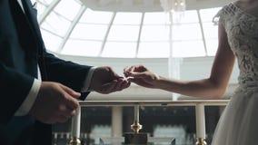 新娘和新郎关闭的手 股票视频