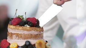 新娘和新郎切他们的婚宴喜饼 影视素材
