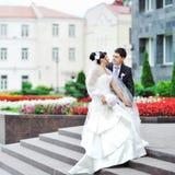 新娘和新郎在一个老镇-婚礼夫妇 免版税库存图片