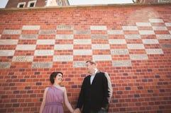 新娘和新郎在一个老镇-婚礼夫妇 库存图片
