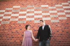 新娘和新郎在一个老镇-婚礼夫妇 库存照片