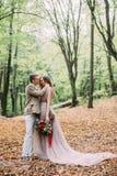 新娘和新郎在一串足迹走在自然的一个美好的浪漫地方 婚姻的仪式户外 免版税库存照片