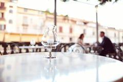 新娘和新郎在一家室外餐馆 免版税库存图片