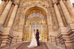 新娘和新郎在一座大厦前面 免版税库存图片