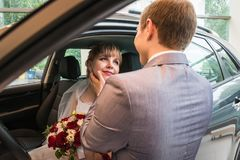 新娘和新郎在一辆汽车在婚礼 图库摄影