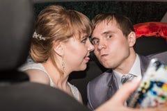 新娘和新郎在一辆汽车在婚礼 免版税图库摄影