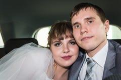 新娘和新郎在一辆汽车在婚礼 库存照片