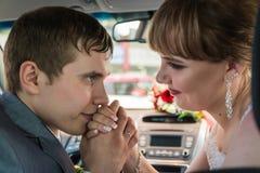 新娘和新郎在一辆汽车在婚礼 库存图片