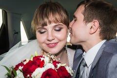 新娘和新郎在一辆汽车在婚礼 免版税库存图片