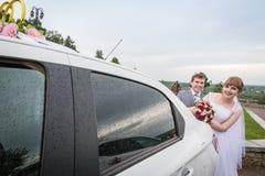 新娘和新郎在一辆汽车附近在婚礼 免版税库存照片