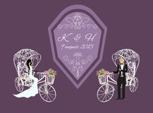 新娘和新郎在一辆白色三轮车 免版税库存照片