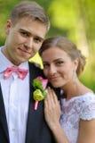 新娘和新郎在公园 免版税图库摄影