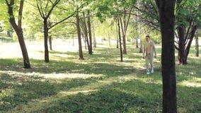 新娘和新郎在公园 影视素材