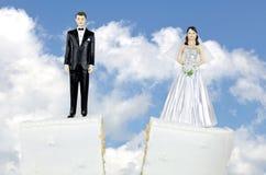 新娘和新郎在分裂蛋糕排 免版税库存照片