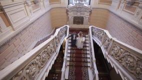 新娘和新郎在台阶下 影视素材