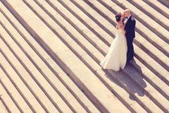 新娘和新郎在台阶 免版税图库摄影