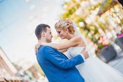 新娘和新郎在城市建筑学 免版税库存照片