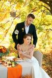 新娘和新郎在婚礼桌上 秋天室外设置 图库摄影