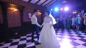 新娘和新郎在婚礼舞蹈 股票录像