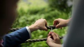 新娘和新郎在婚礼进行一种仪式 股票视频