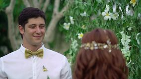 新娘和新郎在婚礼 热带庭院晚上 可爱的新婚佳偶夫妇 股票录像