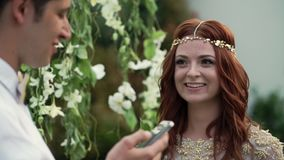 新娘和新郎在婚礼 热带庭院晚上 可爱的新婚佳偶夫妇 影视素材