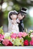 新娘和新郎在婚宴喜饼 免版税库存图片
