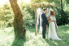 新娘和新郎在室外的婚礼期间 库存图片