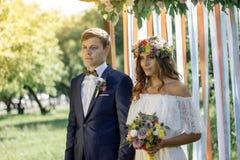 新娘和新郎在室外的婚礼期间 免版税库存图片