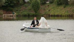 新娘和新郎在小船 影视素材