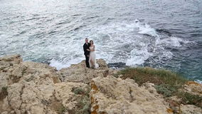 新娘和新郎在峭壁在海洋上 股票视频