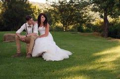 新娘和新郎在庭院婚礼 免版税库存照片