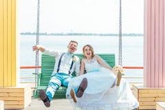 新娘和新郎在摇摆乘坐 免版税库存图片
