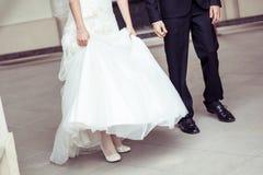 新娘和新郎在教会里 免版税库存照片
