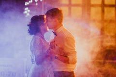新娘和新郎在模糊的背景中的跳舞第一个舞蹈 免版税库存照片