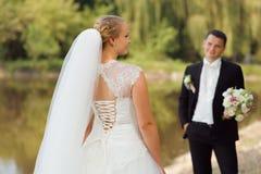 新娘和新郎在步行 库存图片