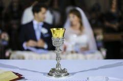 新娘和新郎在法坛 库存照片