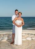 新娘和新郎在海滩附近 免版税库存照片