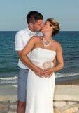 新娘和新郎在海滩附近 图库摄影