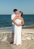 新娘和新郎在海滩附近 免版税库存图片
