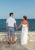 新娘和新郎在海滩附近 库存照片