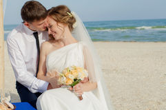年轻新娘和新郎在海滩 库存照片